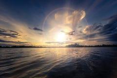 Silhouet van Vliegtuigstart op het Kleurrijke dramatische hemelverstand Stock Foto's