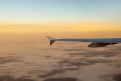 Silhouet van vliegtuigvleugel in de lucht Stock Foto