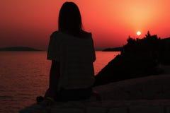 Silhouet van vrouw die dat op de zonsondergang letten dichtbij Adriatische Overzees Royalty-vrije Stock Fotografie