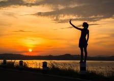 Silhouet van vrouw die van aard genieten stock afbeelding