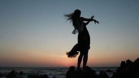 Silhouet van vrouw het dansen stock video