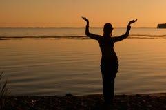 Silhouet van vrouw het dansen traditie trible oosterling dichtbij grote rivierkust stock afbeelding
