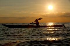 Silhouet van vrouw het kayaking Royalty-vrije Stock Afbeelding