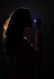 Silhouet van vrouw het zingen Stock Foto