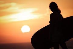 Silhouet van vrouw met surfplank Royalty-vrije Stock Afbeeldingen