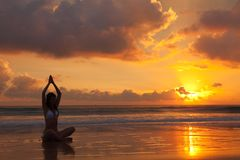 Vrouw op de zonsondergang Stock Foto