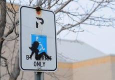 Silhouet van vrouw op het teken van het handicapparkeren stock fotografie
