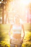 Silhouet van vrouwelijk model in zonlicht in park in openlucht ademend verse lucht Gezond Actief Levensstijlconcept Portret Royalty-vrije Stock Foto
