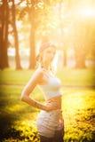 Silhouet van vrouwelijk model in zonlicht in park in openlucht ademend verse lucht Gezond Actief Levensstijlconcept Portret Stock Foto's
