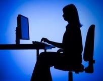 Silhouet van vrouwen werkende computer Stock Afbeeldingen