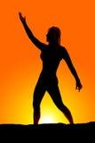 Silhouet van vrouwentribune één wapen omhoog één neer Royalty-vrije Stock Afbeelding