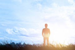 Silhouet van zakenman aan manier het lichte hemelsucces Stock Afbeelding