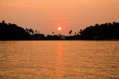Silhouet van zonsondergangtijd Zeegezicht van zonsondergang bij Klap Bao Koh Ch Stock Foto's