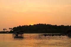 Silhouet van zonsondergangtijd Zeegezicht van zonsondergang bij Klap Bao Koh Ch Royalty-vrije Stock Afbeeldingen