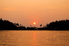 Silhouet van zonsondergangtijd Zeegezicht van zonsondergang bij Klap Bao Koh Ch Royalty-vrije Stock Foto's