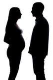 Silhouet van zwangere vrouw en de mens Stock Fotografie