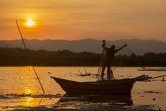 Silhouet vissende mens en zonsondergang Stock Afbeeldingen