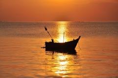 Silhouet vissersboot royalty-vrije stock afbeelding