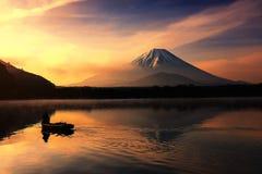 Silhouet vissersboot en MT fuji in Shoji Lake Stock Foto's