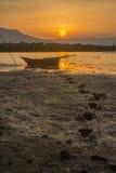 Silhouet vissersboot en zonsondergang Stock Foto's