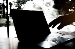 Silhouet zwart-wit van het anonieme hakker typen op keyboar Stock Foto's