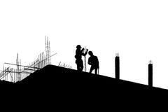 Silhouetarbeid die in bouwwerf werken stock afbeelding