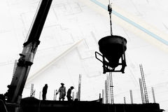 Silhouetarbeid die in bouwwerf werken stock foto's