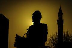 Silhouetbeeld van een Standbeeld tegen een warme yelloszonsopgang Royalty-vrije Stock Foto's
