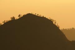 Silhouetberg in zonsopganglicht in het Nationale Park van Bromo Tengger Semeru, Oost-Java, Indonesië Stock Foto's