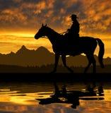 Silhouetcowboy met paard Royalty-vrije Stock Afbeelding
