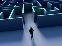 Silhouete d'homme d'affaires et défi de labyrinthe en avant Photographie stock