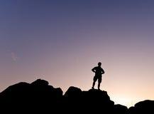 Silhouete d'homme dans la montagne - horizontale Photos stock