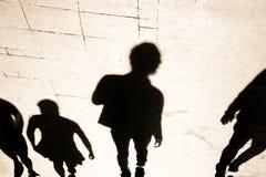 Silhouete de la sombra de Blurrry de la gente que camina en alto contraste imagen de archivo libre de regalías
