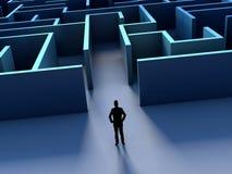 Silhouete dell'uomo d'affari e sfida del labirinto avanti Fotografia Stock