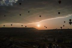 Silhouetes des ballons d'air dans Cappadocia à l'aube Cappadocia est connu autour du monde en tant qu'un des meilleurs endroits p photographie stock libre de droits