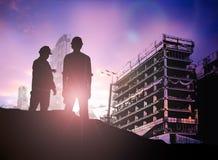 Silhouetingenieur die bouwterrein over Vaag construc kijkt Stock Afbeelding