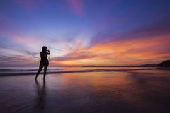 Silhouetmeisje in verbazende zonsondergang. Stock Fotografie