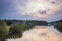 Silhouetmening over de waterdam bij zonsondergang Royalty-vrije Stock Afbeelding