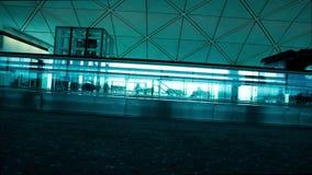 Silhouetmensen bij luchthaven stock footage