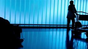 Silhouetmensen bij luchthaven stock video