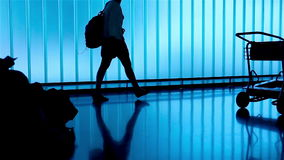 Silhouetmensen bij luchthaven stock videobeelden