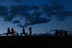 Silhouetmensen die op de tak zitten Royalty-vrije Stock Foto's