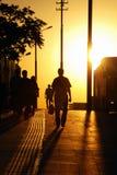 Silhouetmensen het lopen Royalty-vrije Stock Fotografie