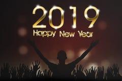 Silhouetmensen met Gelukkige het Nieuwjaarteksten van 2019 stock foto