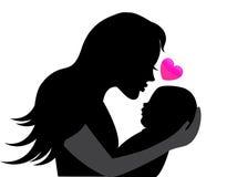 Silhouetmoeder die een baby in haar wapens houden Stock Fotografie