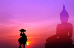 Silhouetolifant met toerist met de grote achtergrond van Boedha bij s Stock Afbeeldingen