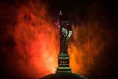 Silhouetstandbeeld van vrijheid op donkere gestemde mistige achtergrond Standbeeld van Vrijheid op de achtergrond van kleurrijke  royalty-vrije stock foto's