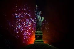 Silhouetstandbeeld van vrijheid op donkere gestemde mistige achtergrond Standbeeld van Vrijheid op de achtergrond van kleurrijke  royalty-vrije stock afbeeldingen