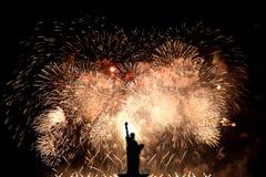 Silhouetstandbeeld van vrijheid op vuurwerkachtergrond stock afbeeldingen