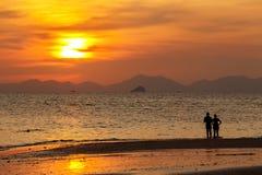 Silhouetté des couples, doux dans la plage chez Krabi, Thaïlande Photographie stock libre de droits